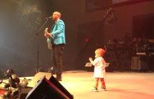 Otec dieťa a pódium