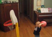 Chlapec a presné koše loptou