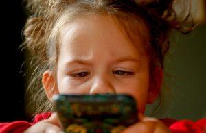 Deti a mobil v ruke