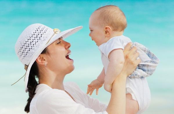 Dieťa a mamička na dovolenke
